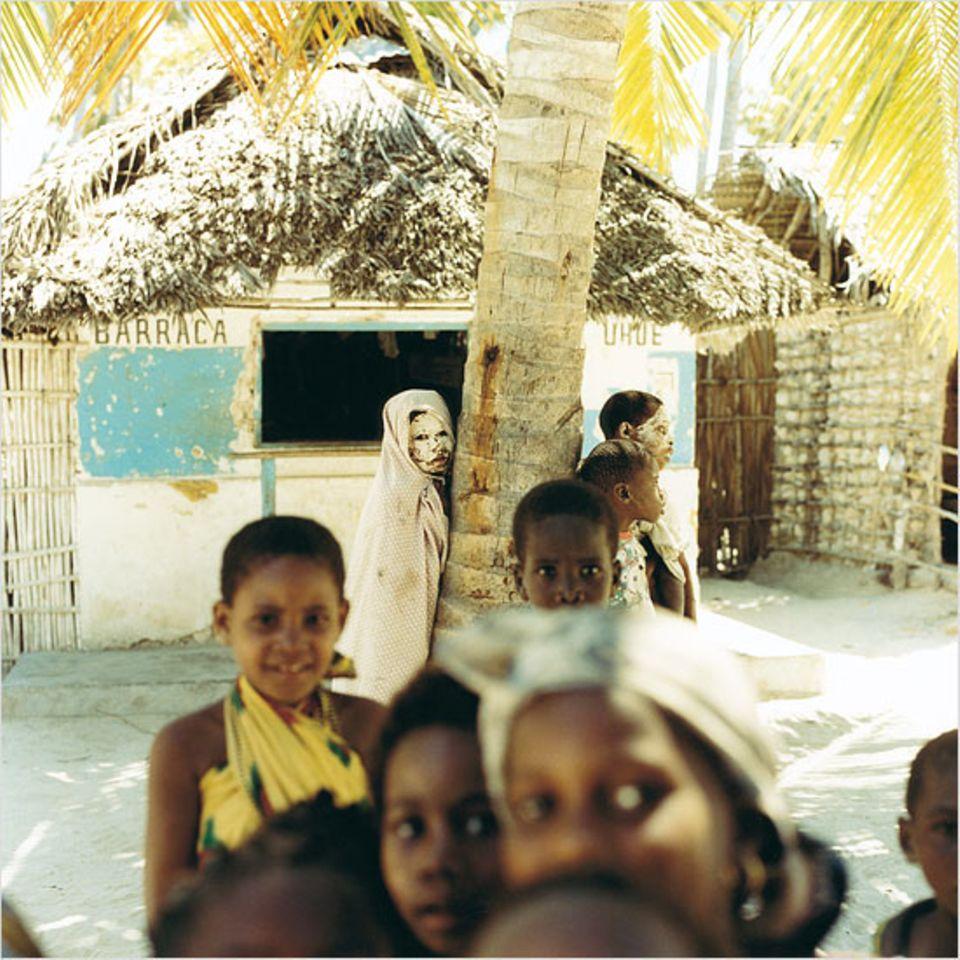 Kein Spuk - die Mädchen auf der Insel Matemo tragen weiße Paste als Gesichtspflege udn Sonnenschutz auf