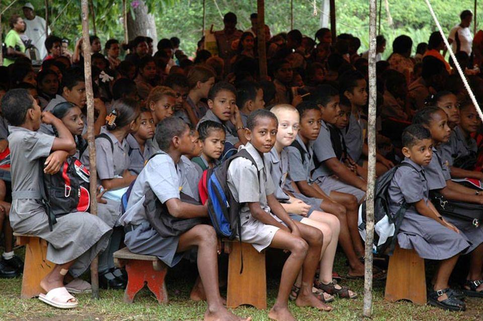 Finn inmitten seiner fidschianischen Schulkameraden