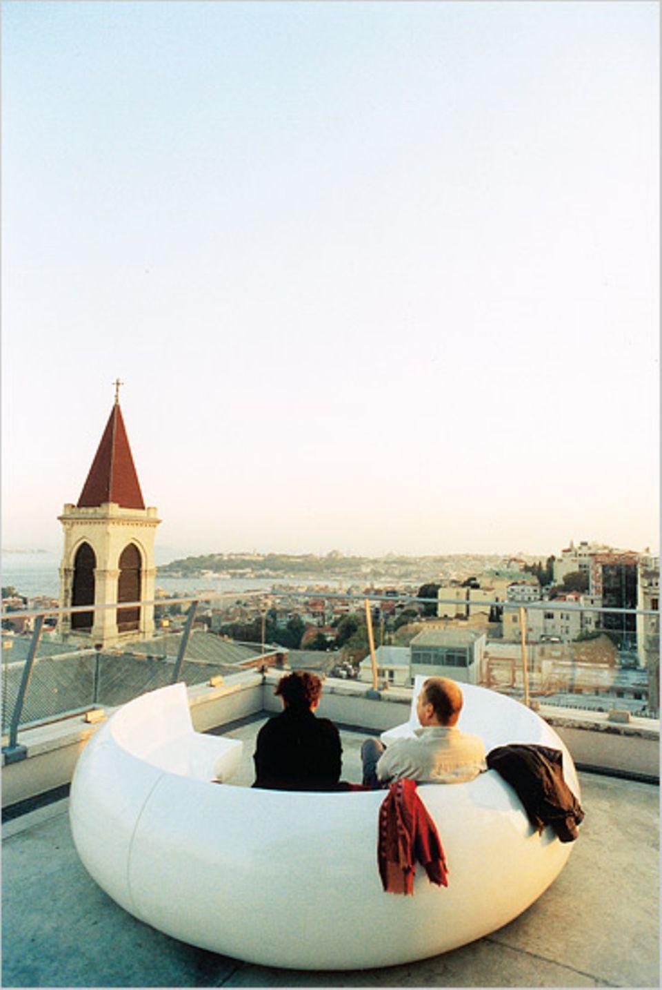 """Vom Sitzmodul auf der Terrasse des """"360"""" schweift der Blick über die Stadt. Auch Kirchtürme gehören zum Panorama"""