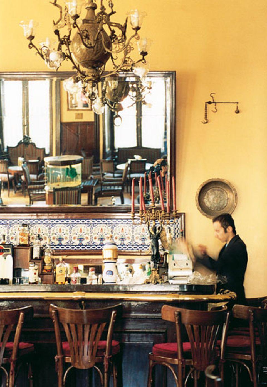 """An der Bar des """"Pera Palas"""" haben eins Mata Hari, Ernest Hemingway und Agatha Christie gesessen. Jetzt wird das Hotel aufwändig renoviert, es soll wieder eine Top-Adresse für prominente Kosmopoliten werden"""