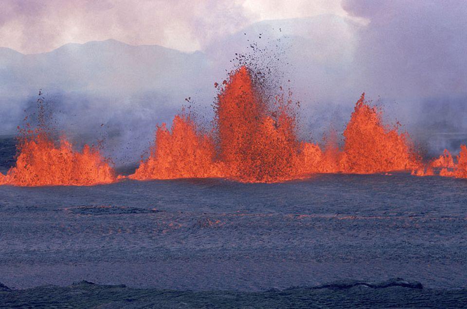 Spektakuläre Bilder für die Vulkan-Show: Eine Lava-Fontäne schießt aus dem Krafla-Vulkan