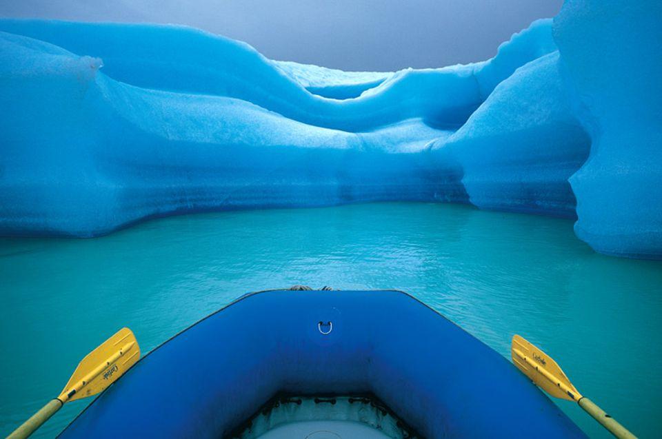 Das Boot gleitet zwischen den Eisbergen hindurch, die auf dem Alsek-See im Glacier-Bay-Nationalpark treiben. In haushohen Brocken brechen sie von der Gletscherzunge ab; ein ständiges Tropfen ist das eindrücklichste Geräusch dieser Zwischenwelt