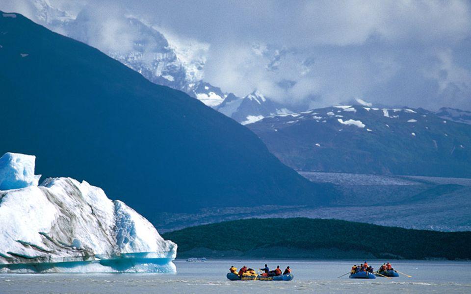 Während die Boote auf den Alsek-See hinausgleiten, klart der Himmel auf, un der 4663 Meter hohe Mt. Fairweather erscheint. Trotz des Namens, der gutes Wetter verheißt - das Klima hier ist rau, die Berge sind häufig von Wolken verhüllt