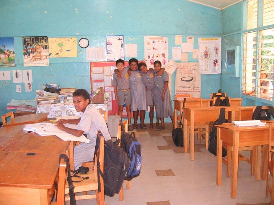 In unserem Klassenraum: vorne links Senimili, hinten, von links nach rechts: Leo, Tima, Litia, Matelita