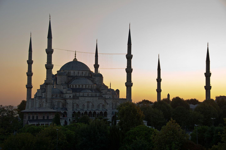 Weltreligionen: Die berühmte Blaue Moschee in der türkischen Stadt Istanbul