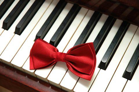 Rote Schleife auf Klaviertasten