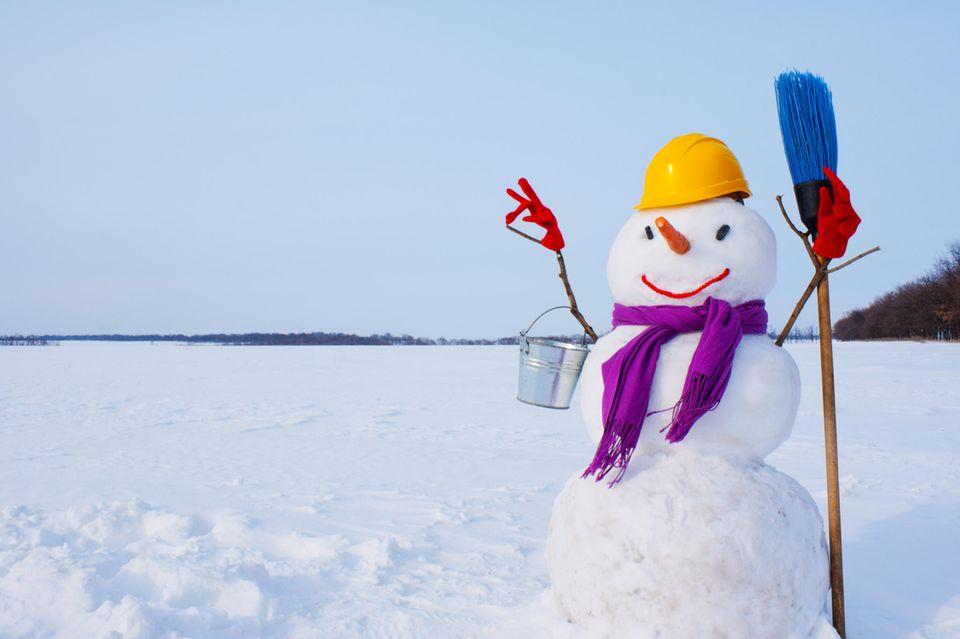Schneemann mit Mütze und Schal im Winter