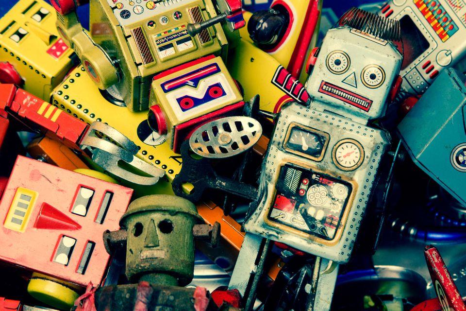 Bunte Roboter auf einem großen Haufen