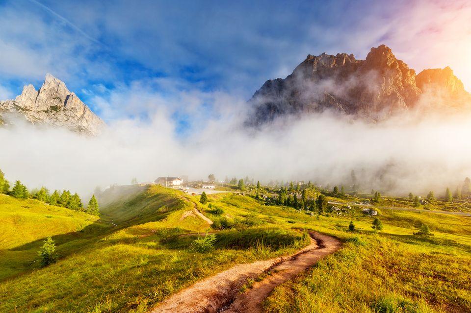 Ein wolkenverhangenes Bergpanorama in der Schweiz