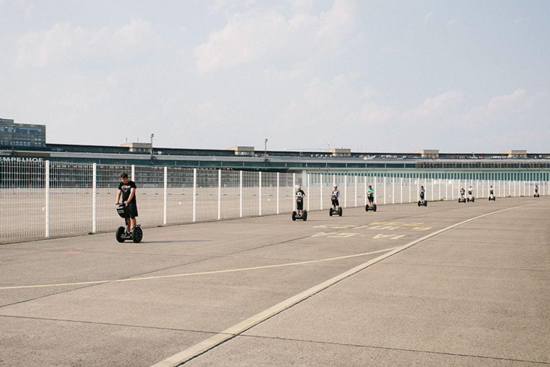 Segway auf dem Tempelhofer Feld in Berlin