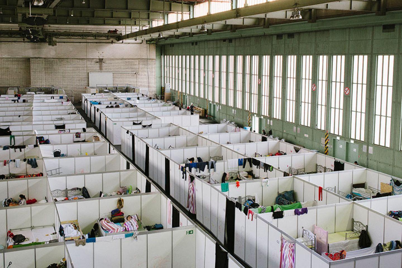 Ein Auffanglager für Flüchtlinge im Hangar des ehemaligen Flughafens Tempelhof