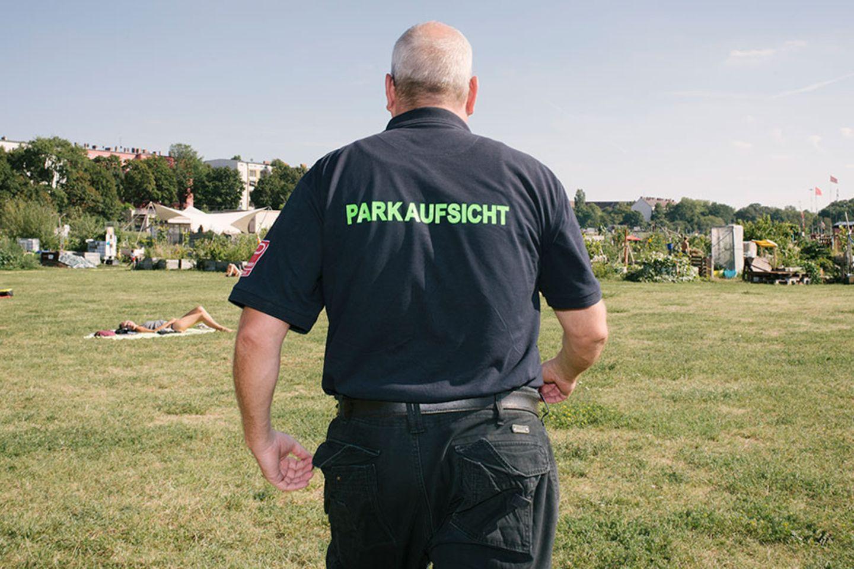Parkaufsicht auf dem Tempelhofer Feld in Berlin
