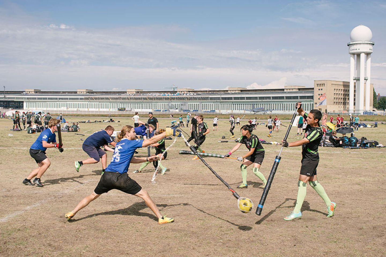 Jugger-Spieler auf dem Tempelhofer Feld in Berlin