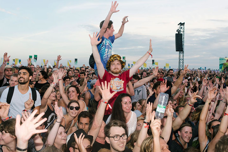 Besucher des Festivals Lollapalooza auf dem Tempelhofer Feld in Berlin