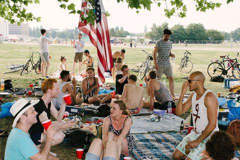 Feier eines jungen Amerikaners auf dem Tempelhofer Feld in Berlin