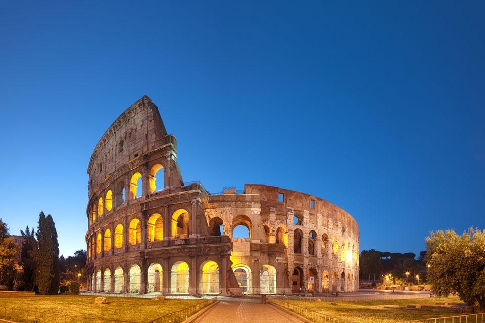 Das Kolosseum in Rom bei Nacht