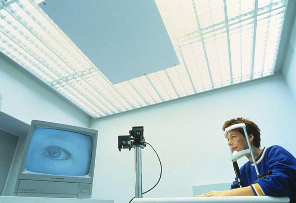 Biorhythmus: Im Schlafzentrum der Universiät Regensburg wird mit einem Pupillographen die wechselnde Größe der Pupille registriert - und damit die Müdigkeit