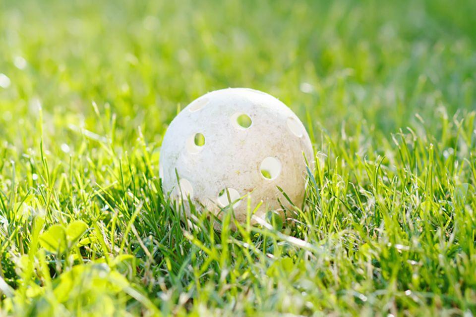 Redewendung: Den Ball flach halten