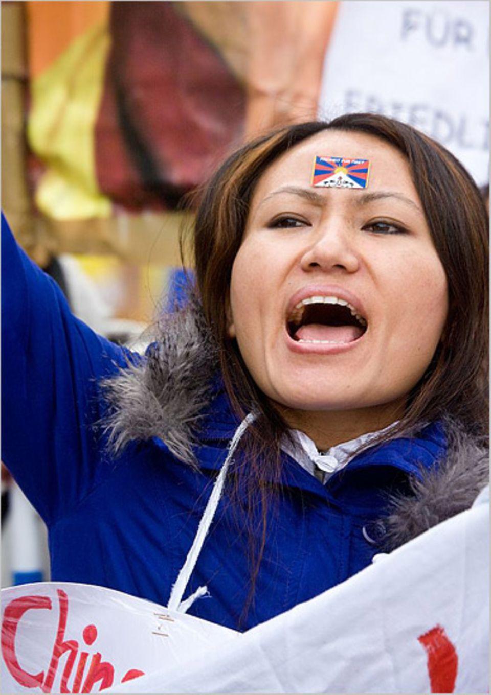 """""""Ich muss jeden Tag weinen"""": Die Exil-Tibeterin Tsering bei einer Demonstration in Hamburg"""
