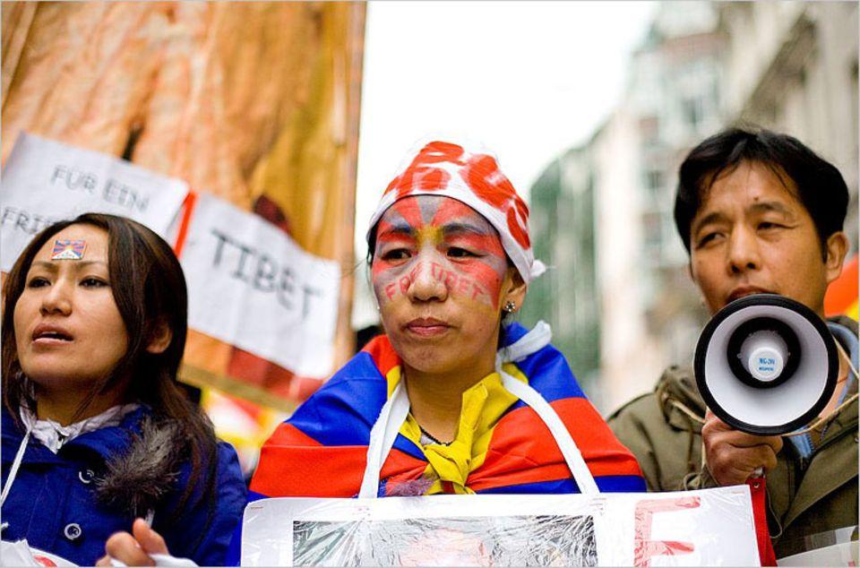 Freunde von Tsering (li.) haben sich mit den Farben der tibetischen Nationalflagge bemalt