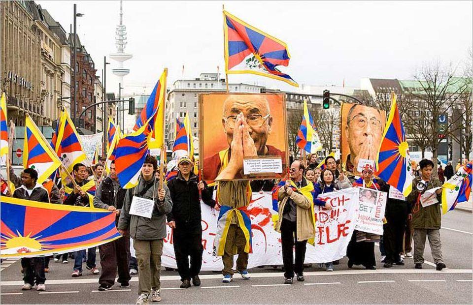 Rund 500 Demonstranten protestierten Mitte März in der Hamburger Innenstadt gegen die Gewalt in Tibet