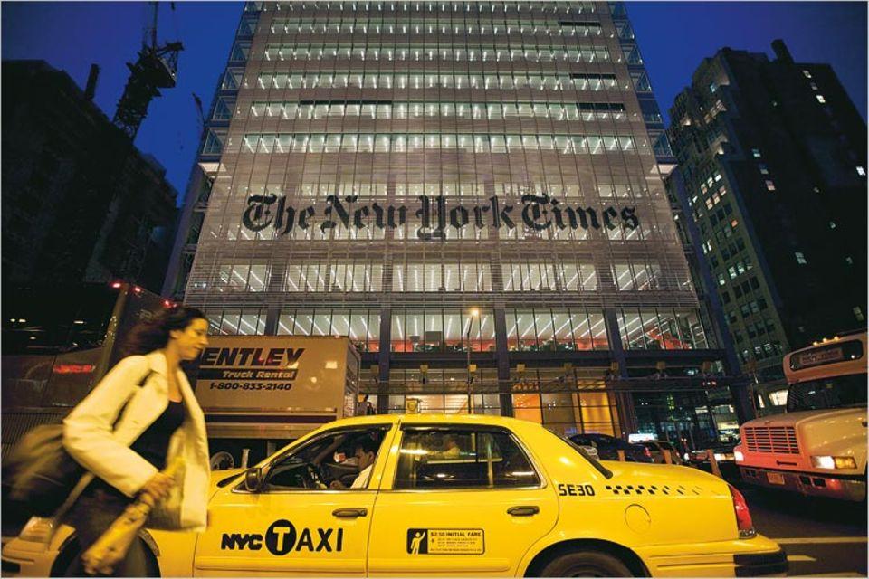 """Ende 2007 bezog die New York Times ein neues Hauptquartier in Manhattan, 52 Stockwerke hoch und so transparent, als solle die Welt hindurchströmen. Ein Gebäude wie ein Ausrufezeichen: """"Wir leben noch!"""""""