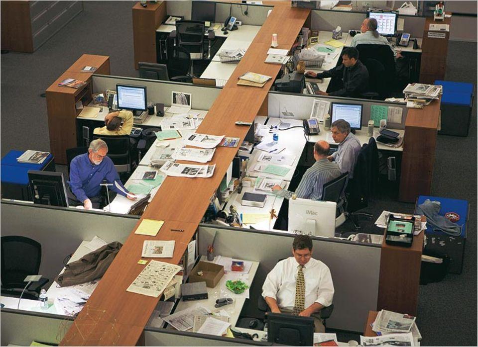 Vor allem ab 18 Uhr, wenn die Zeitung produziert wird, sitzen die Redakteure dicht gedrängt im Newsroom. Und doch so luftig im Vergleich zum alten Gebäude der Times, dass sich manche Reporter verloren fühlen