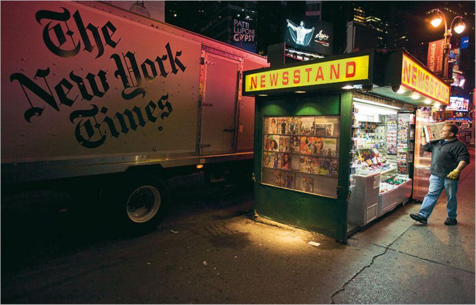 """Morgens um fünf Uhr erreicht die druckfrische Ausgabe der """"New York Times"""" die Kioske der Stadt - aber jeden Tag werden ein paar Exemplare weniger verkauft"""