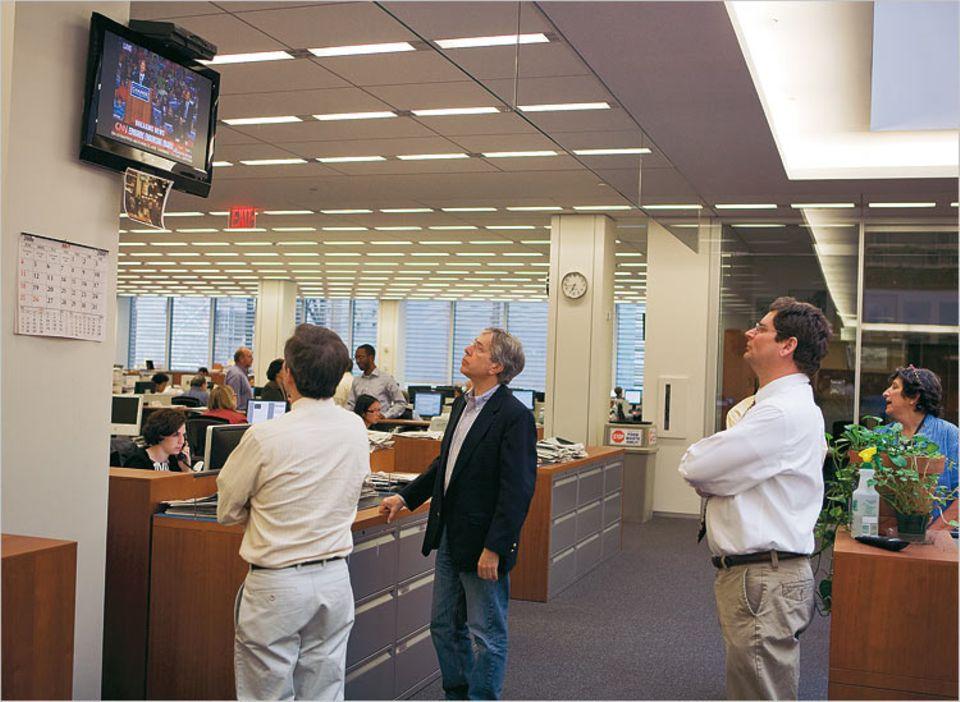 Der Newsroom, das Herz der Redaktion: hier verfolgen Reporter die TV-Nachrichten, die ihnen schwer zu schaffen machen: Was bietet die Zeitung, was die Leser nicht schon aus Fernsehen und Internet wissen?