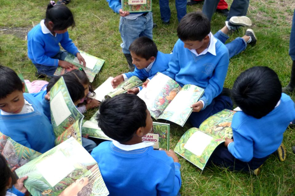 "Ecuador: Grundschüler staunen über das Kinderbuch ""El Gran Capoquero"" (""Der große Kapokbaum"")"