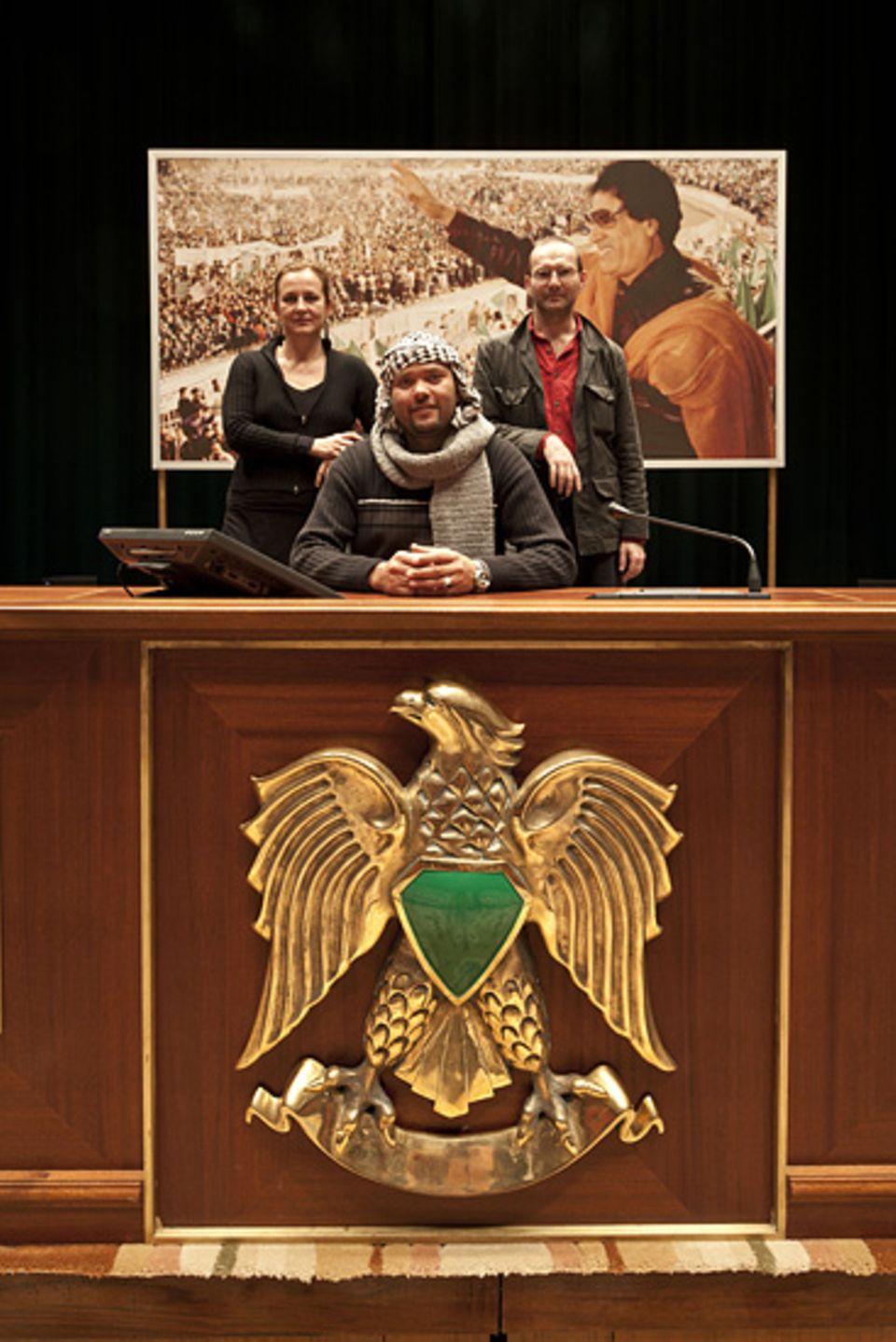 Unruhen in Libyen: GEO-Redakteurin Gabriele Riedle und Fotograf Kai Wiedenhöfer im Parlament Libyens – wenige Tage bevor es in Brand gesetzt wurde