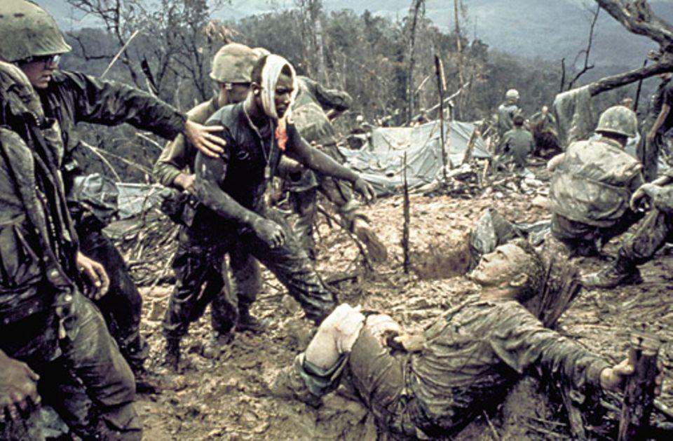 Verwundete GIs in den Bergen von Zentralvietnam: Nach dem offenen Kriegseintritt der Amerikaner 1965 wird schon bald klar, dass die US-Soldaten kaum werden siegen können. Zehntausende von ihnen sterben. Und Millionen Vietnamesen