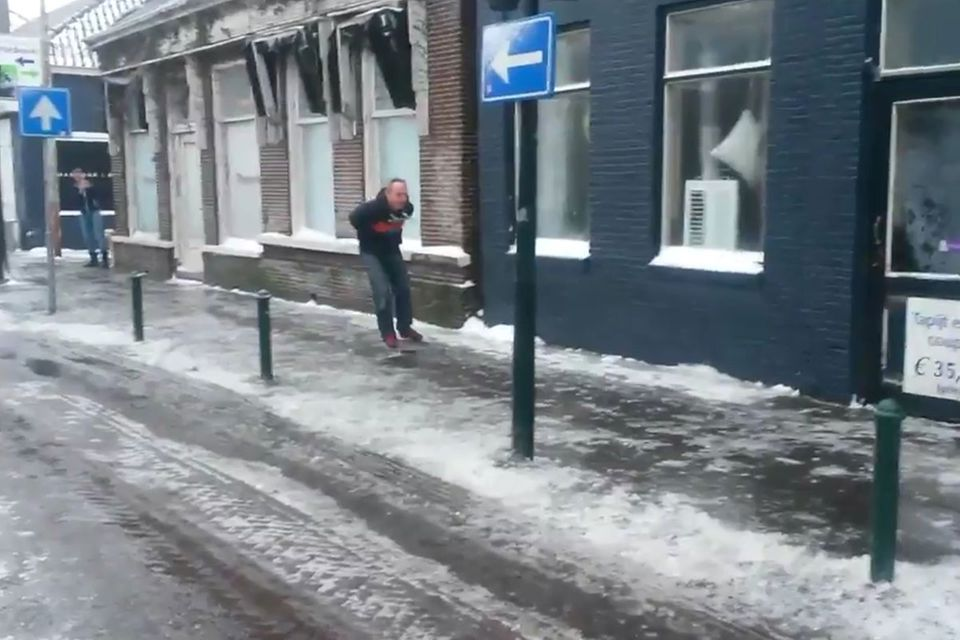 Wetter: Niederländer fahren mit Schlittschuhen durch die Stadt