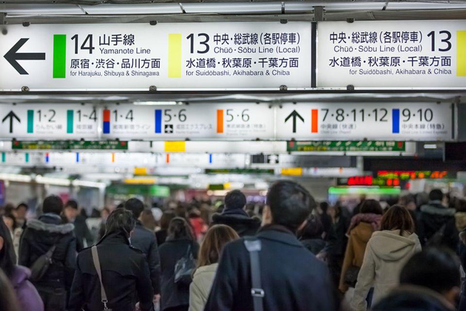 Rekorde: Der Shinjuku-Bahnhof ist bis auf den letzten Zentimeter überfüllt