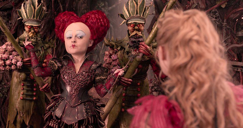 Filmtipp: Die Rote Königin versucht, Alice im Kampf gegen die Zeit aufzuhalten