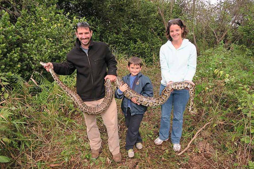 Nick Gadbois (li.) mit seiner Frau Jenny und Sohn Jack. Nick Gadbois gehört zu den besten Schlangenfängern Floridas