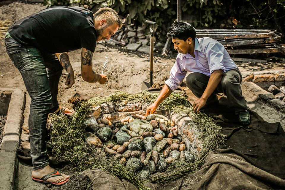 Salt & Silver: Mit heißen Steinen wird das Essen beim Pachamanca unter Erde zubereitet