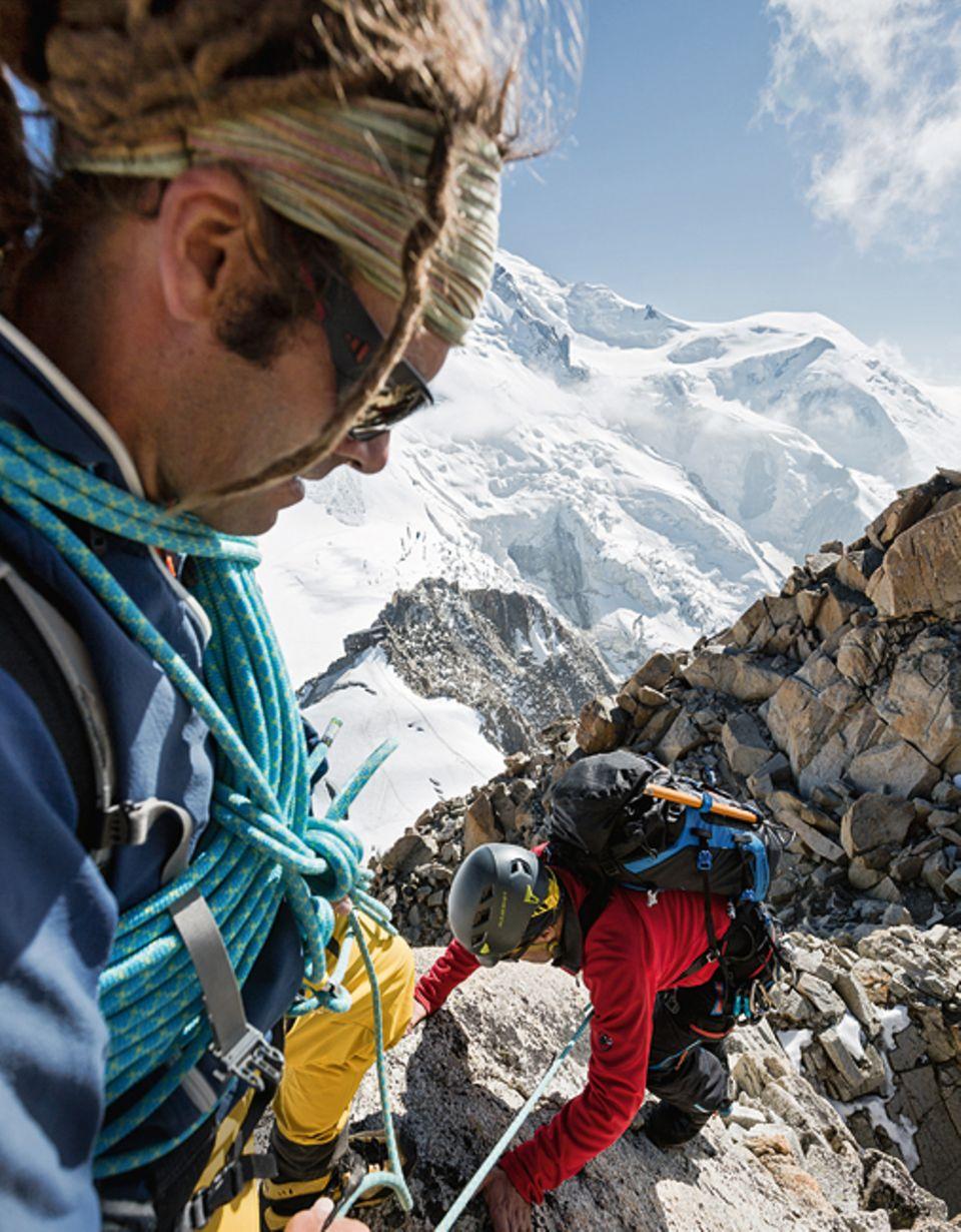 Entdecker-Route: Atemberaubende Klettertour: Der Bergführer Stephan Schanderl (l.) mit dem Hobby-Alpinisten Titus Arnu am Cosmiques-Grat
