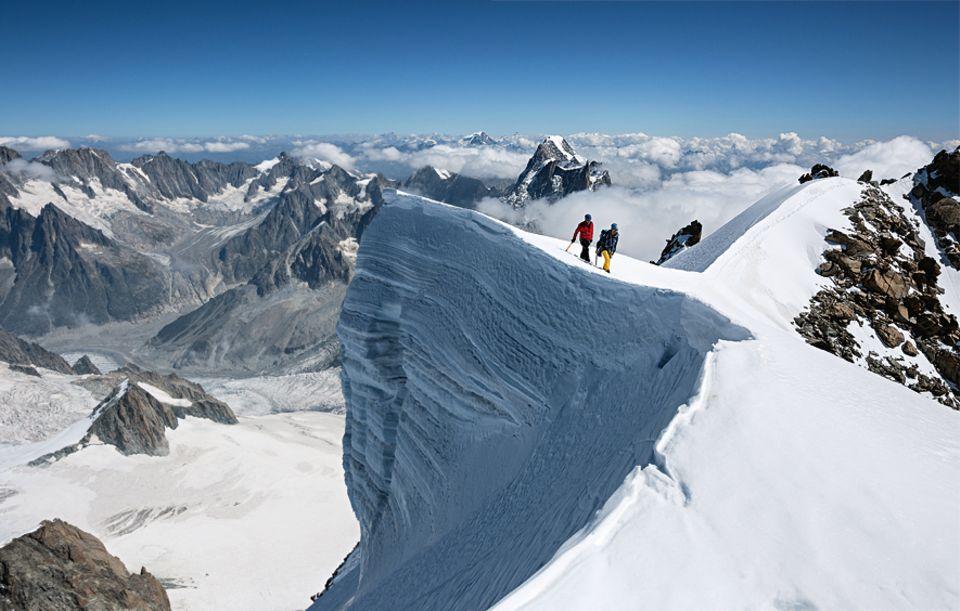 Entdecker-Route: Balkon aus Schnee: Am Gipfel des Montblanc du Tacul hat sich eine riesige Wechte gebildet. Links geht es 600 Meter senkrecht hinunter bis auf den Gletscherboden. Die Tour auf den 4248 Meter hohen Berg ist die ideale Voraussetzung für den Montblanc