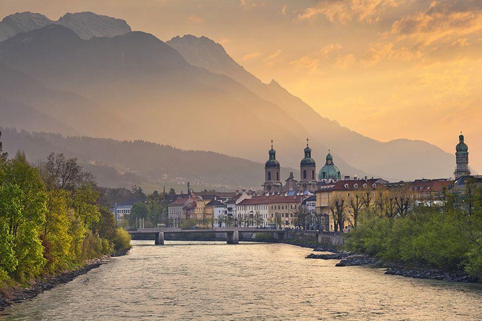 Alpencities: Zwar bezieht sich der Name Innsbrucks auf die Brücke über den Inn, das Wahrzeichen der Stadt ist allerdings das Goldene Dachl