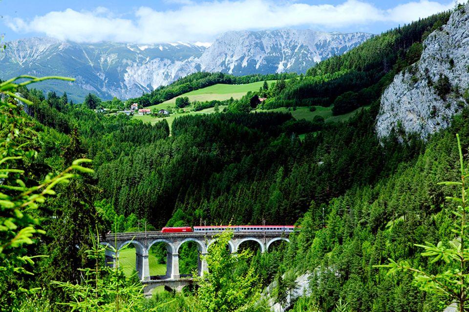 Landschaftskino: Die Bahnstrecke zählt inzwischen zum Weltkulturerbe und führt über 100 malerisch gemauerte Brücken