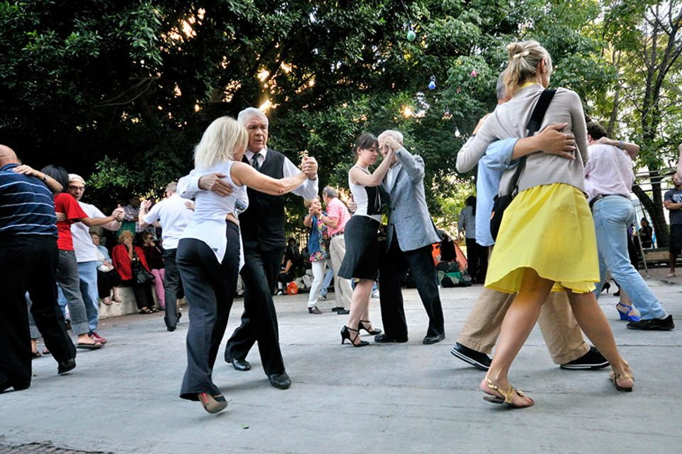 Reisetipps für Argentinien: Ob spontan oder auf Verabredung überall in den Straßen von Buenos Aires wird Tango getanzt, wie hier im Stadtteil San Telmo