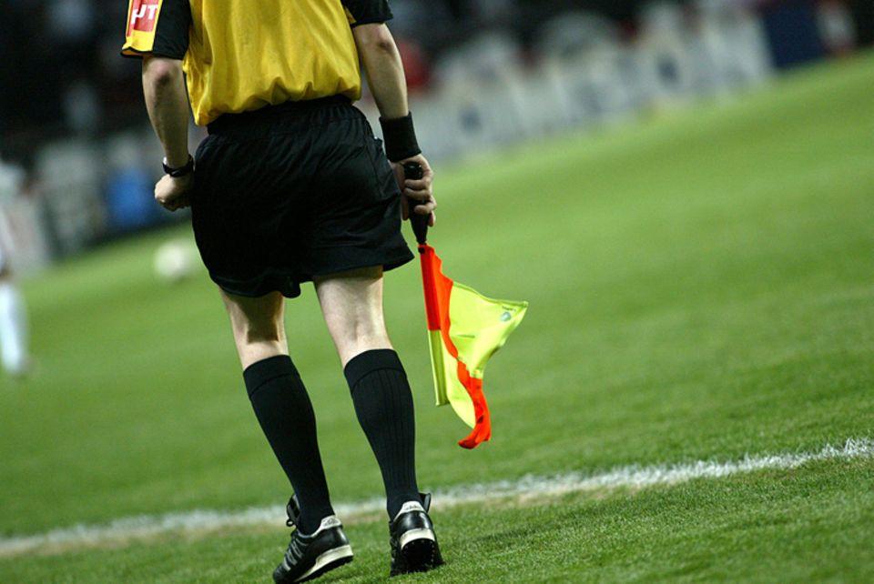 Fußball: Die Linienrichter unterstützen den Schiedsrichter beim Fußballspiel vom Spielfeldrand aus
