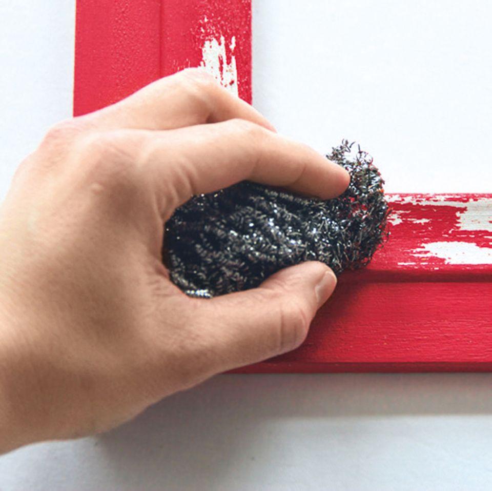 Aus neu mach alt: Farbe mit Stahlwolle wegschaben