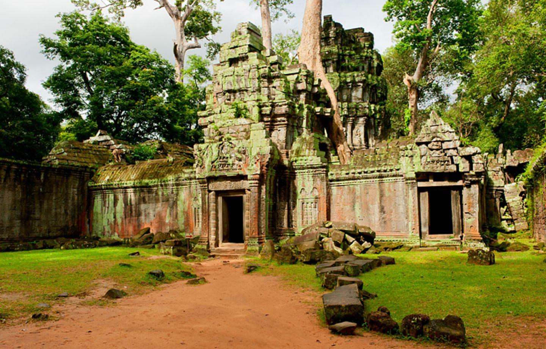 Religion: Die Tempelanlage von Angkor Wat liegt mitten im tropischen Urwald Kambodschas. Allein dieser berühmteste Teil Angkors zieht heute mehr als zwei Millionen Besucher pro Jahr an