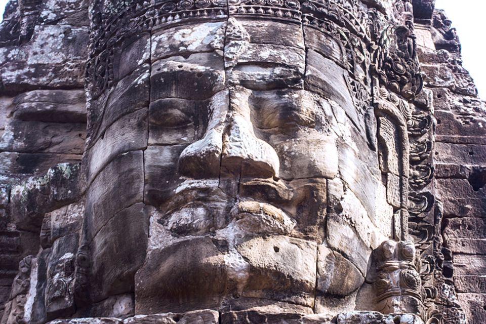Religion: Die meterhohen Steingesicher der Bayon-Tempelanlage geben Forschern noch Rätsel auf: Zeigen sie einen Khmer-König? Oder einen Bodhisattva - ein erleuchtetes Wesen, dem Buddhisten nacheifern?