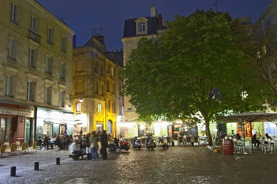 Frankreich: Wasser-Spektakel am Place Saint Pierre: zwei Zentimeter steht hier das Wasser und reflektiert die umliegenden Gebäude