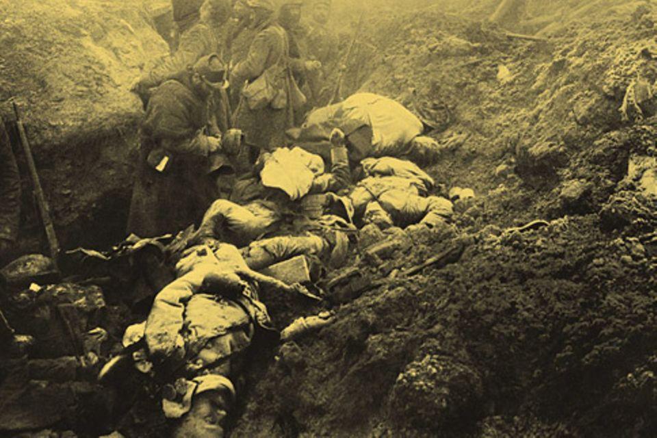 Erster Weltkrieg: In einem von ihnen eroberten Schützengraben inspizieren französische Soldaten deutsche Gefallene