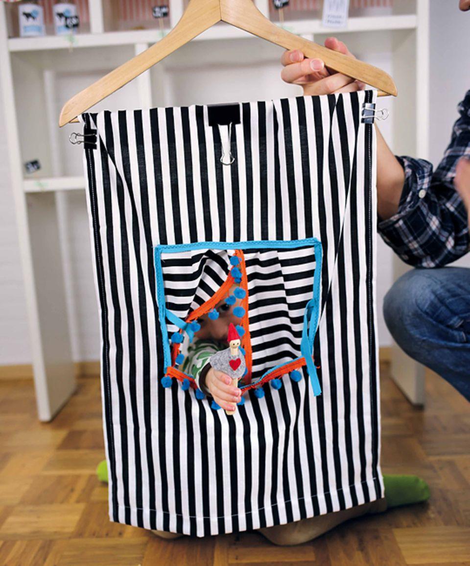 Basteln: Das faltbare Puppentheater am Kleiderbügel