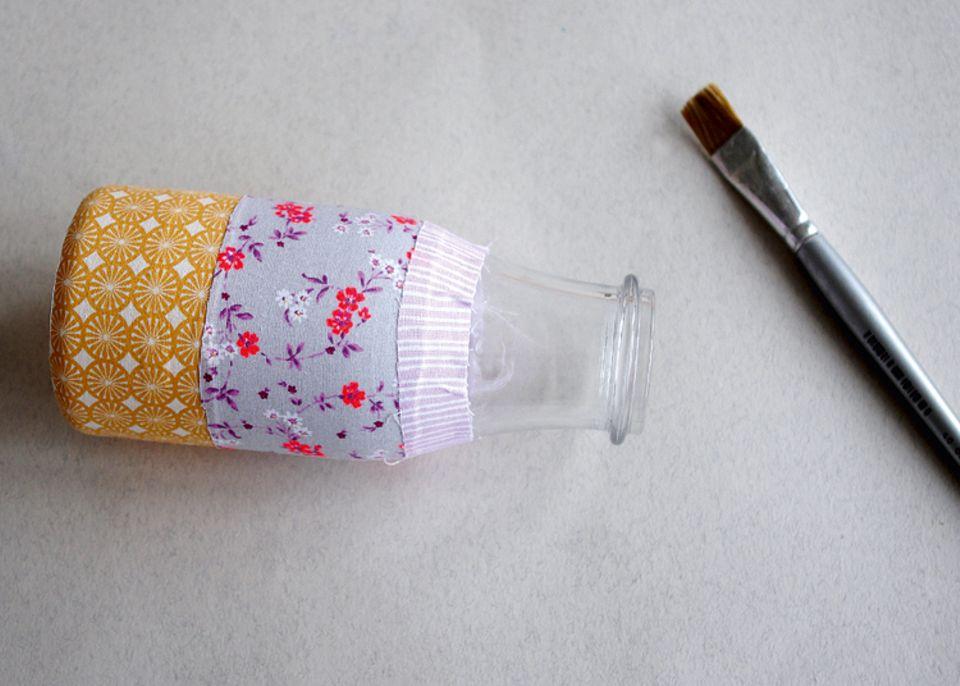 Basteln: Je nach Umfang des Glases, müssen die Stoffbahnen breiter oder schmaler zugeschnitten werden!